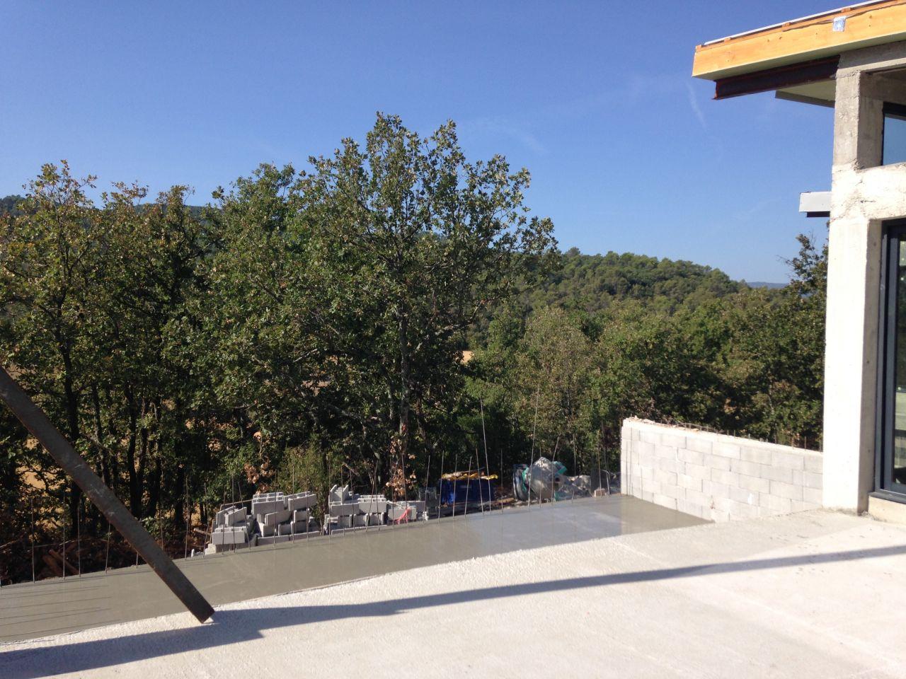 Le fond de la piscine coulée .... la terrasse attenante va suivre !