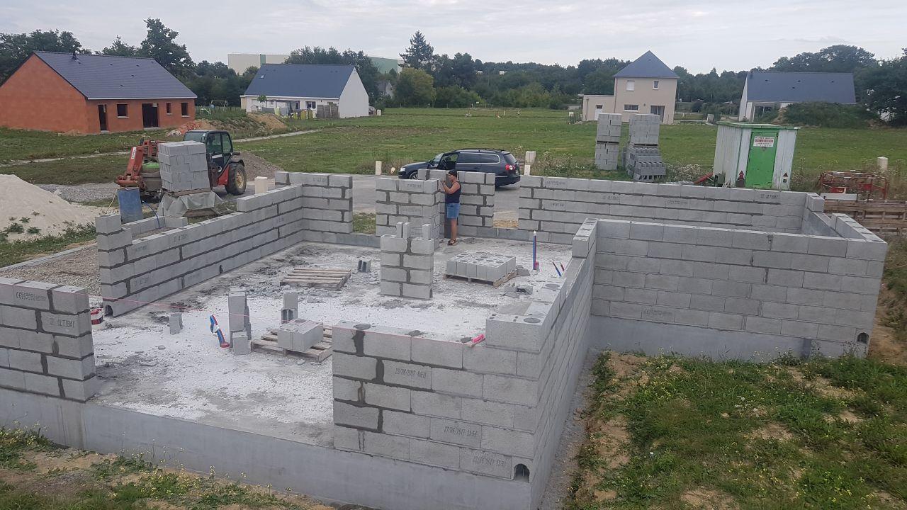 Elevation des murs du rdc en cours (3eme jour)