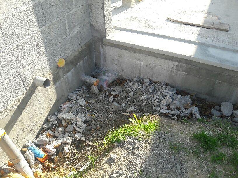 Des tranchées de fondations pas nettoyées après la fin du gros oeuvre maconnerie