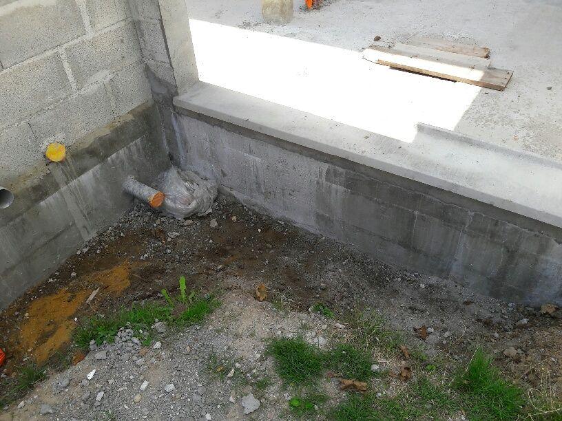 Les tranchées de fondations après mon nettoyage à la pelle + brouette