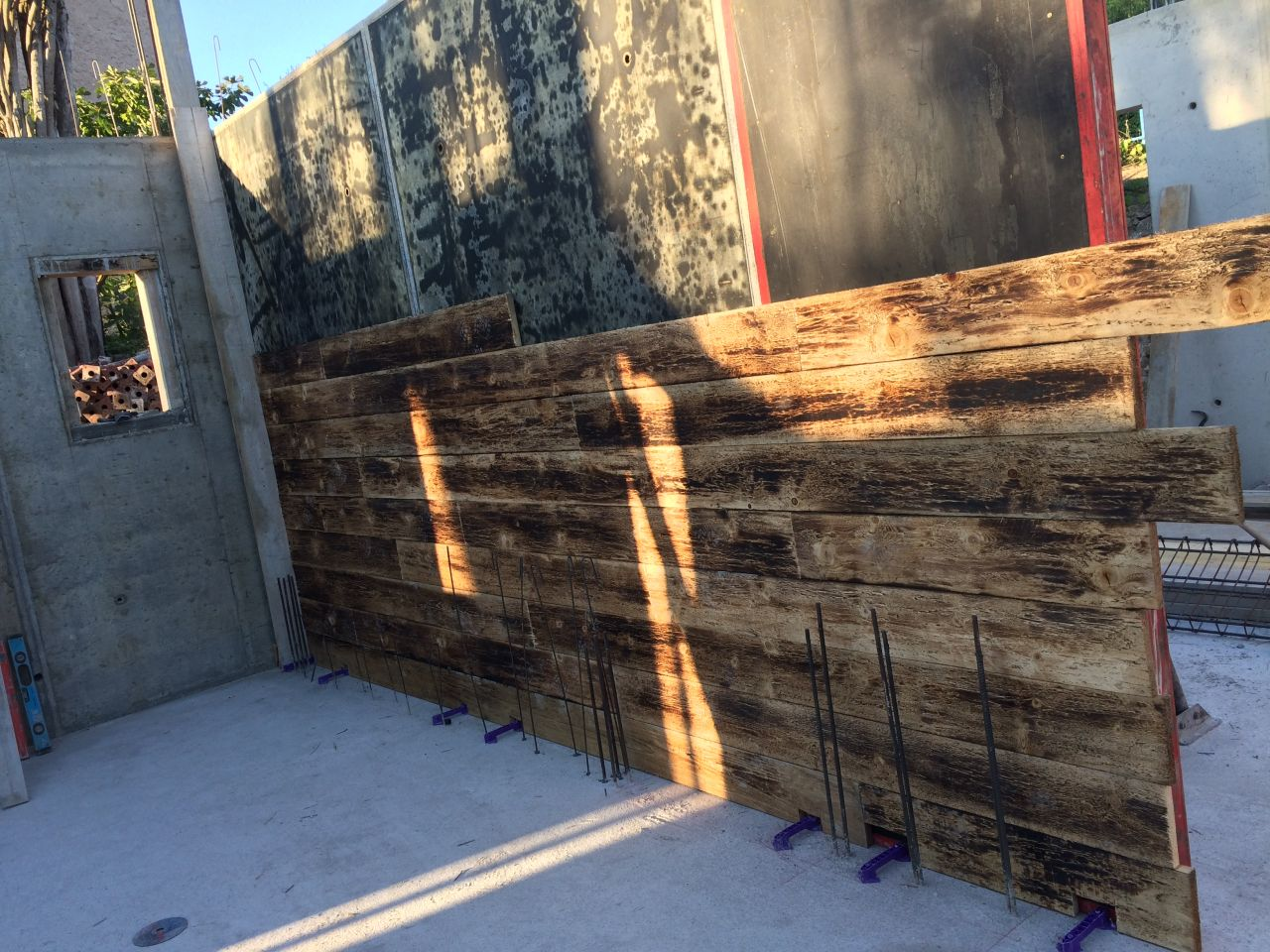 Mur en béton coffré bois brut: coffrage
