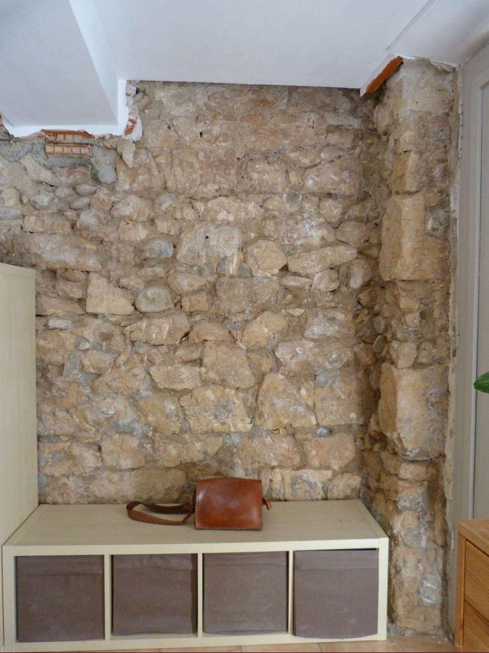 mur en pierres à rejointer dans la pièce à vivre