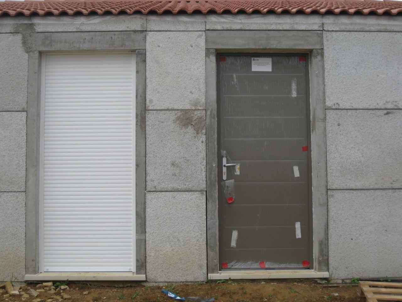 porte-fenetre et porte d'entrée , de couleur taupe .
