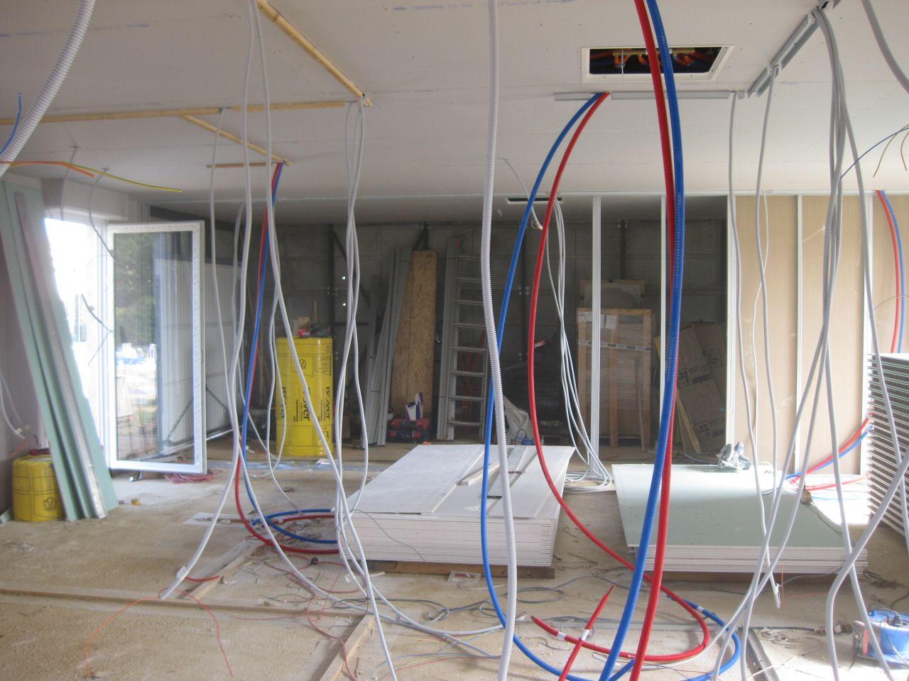 au fond a droite , l'isolation en cours du mur garage/salon
