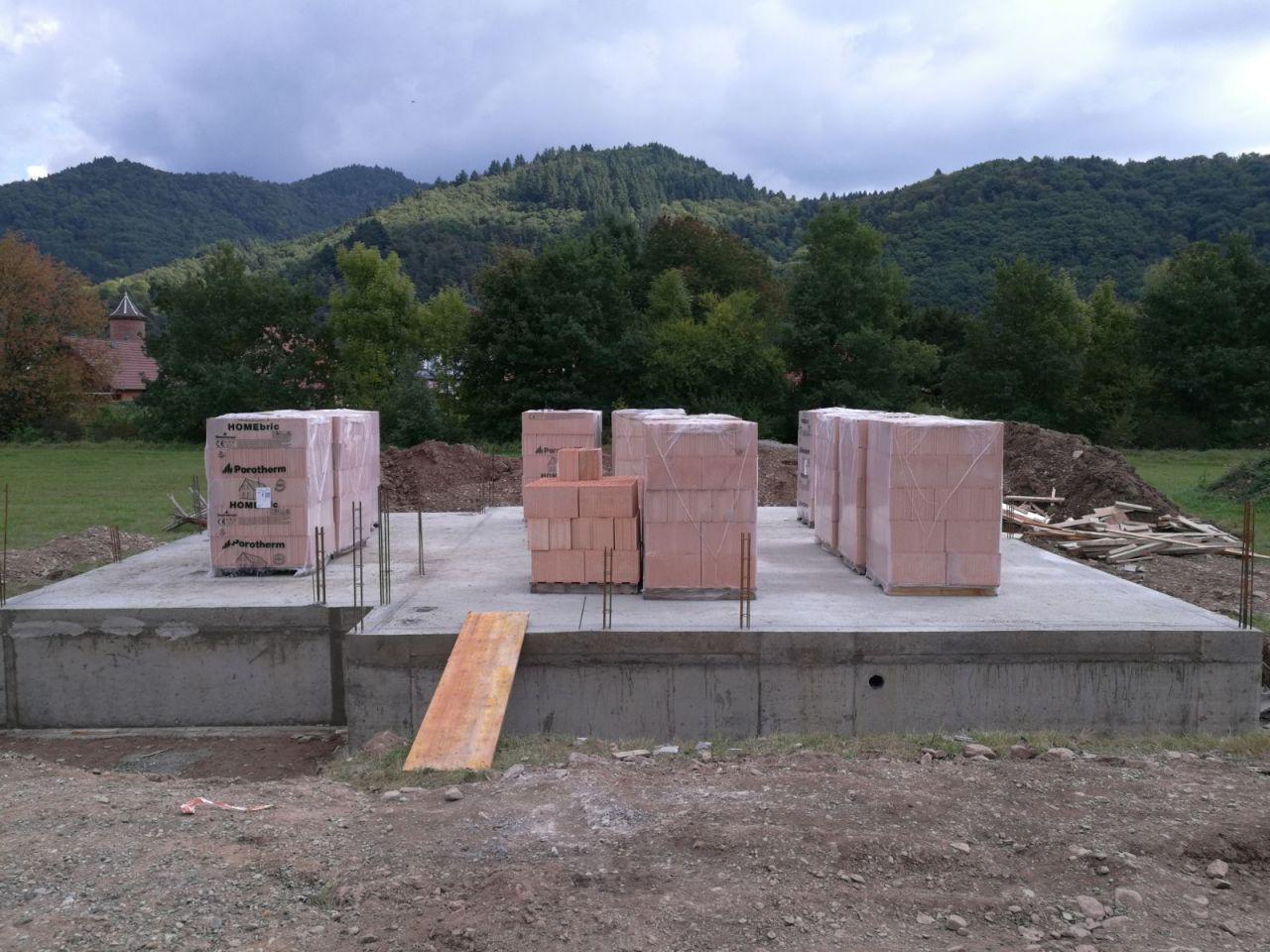 Ce matin les palettes de briques en place