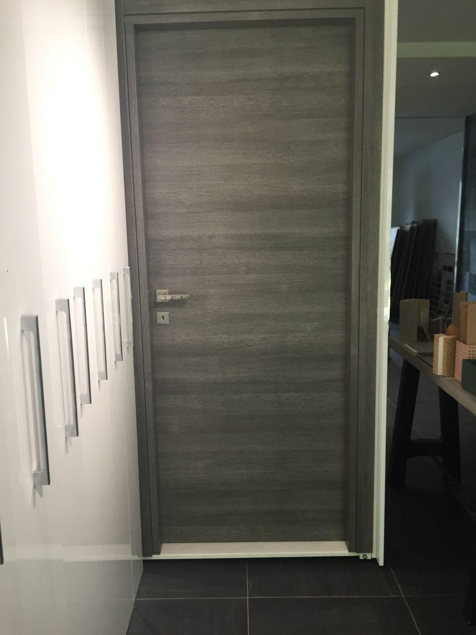Porte gris foncé