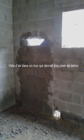 vide d'air dans le mur d'agglo à bancher