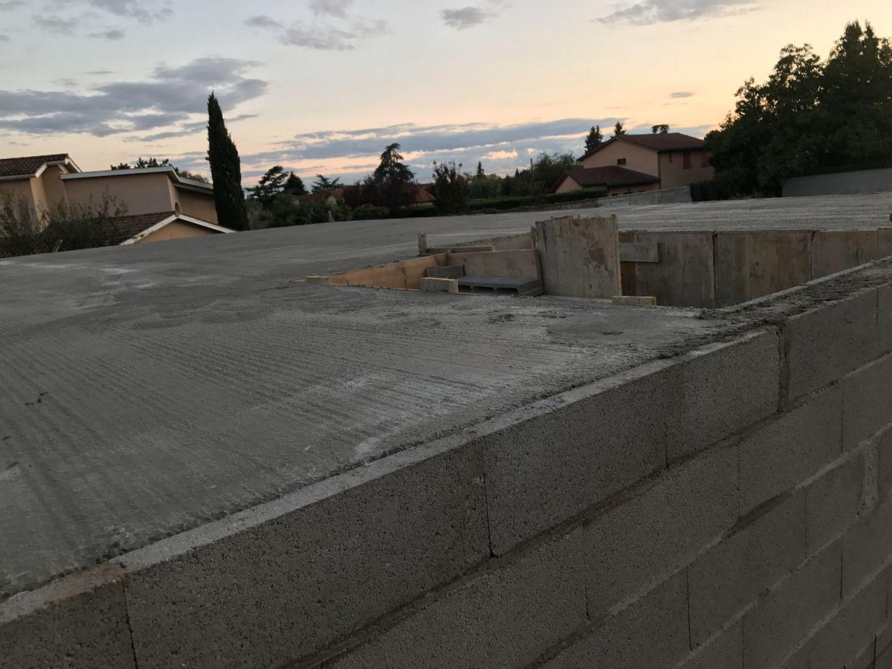 Élévation des murs - J8 <br /> Dalle de l'étage coulée