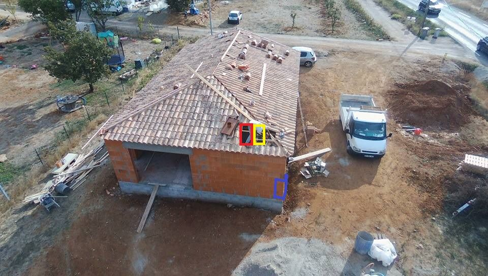 Erreur sur l'emplacement du poujoulat. <br /> Le poêle à granule doit être dans le coin de la maison (symbolisé en bleu). <br /> Le poujoulat a été mis sur l'emplacement rouge. juste au dessus de la télé... <br /> J'ai demander le décalage à l'emplacement jaune.
