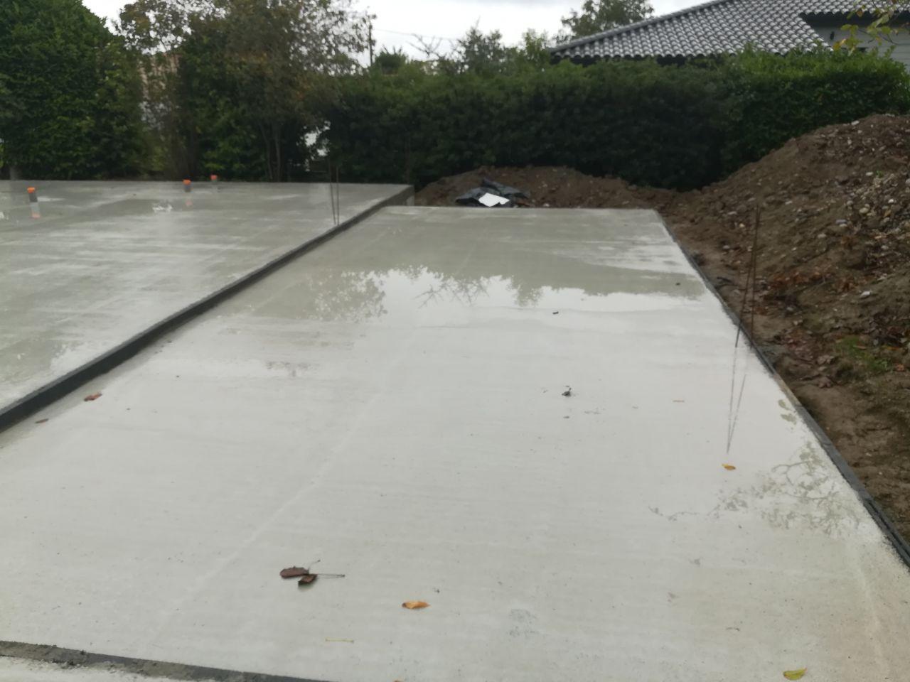 La terrasse quelques jours après, après une bonne grosse pluie : On voit un soucis de niveau,on a 2cm d'eau qui stagne collée à la maison.