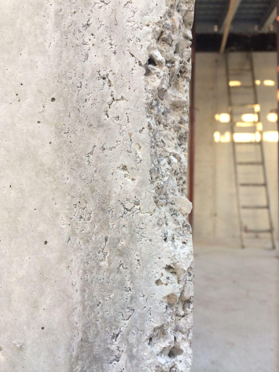 Angle mur en béton coffré bois brut