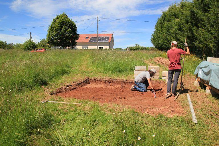 Mise à niveau du terrain pour la pose des parpaings de fondations