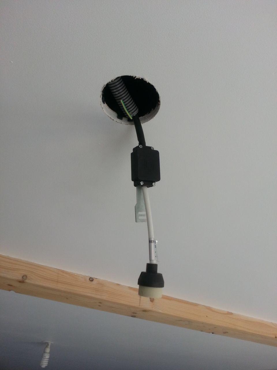 pose spot plafond avec protection chaleur