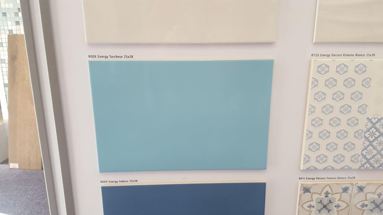 Nous avons choisis la couleur du carrelage pour salle de bain principale bleu strié sur zone principale et blanc sur les deuc côté qui borde baignoire et enfin deux ligne carreaux blanc strié qui fera office de crédence je vous ferai un schema plus tard