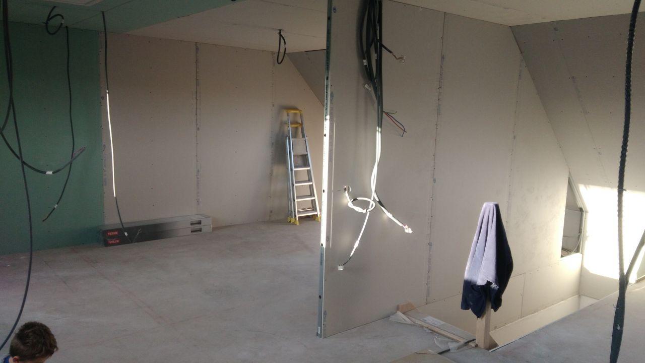 vu sur notre futur chambre on voit la délimitation au sol en rouge avec la sdb
