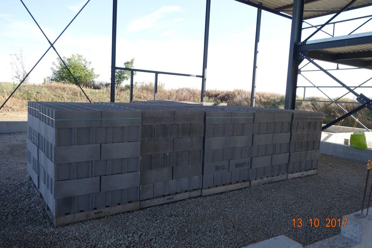 Livraison des parpaings pour montage des murs coupe-feu entre les différents modules du bâtiment.