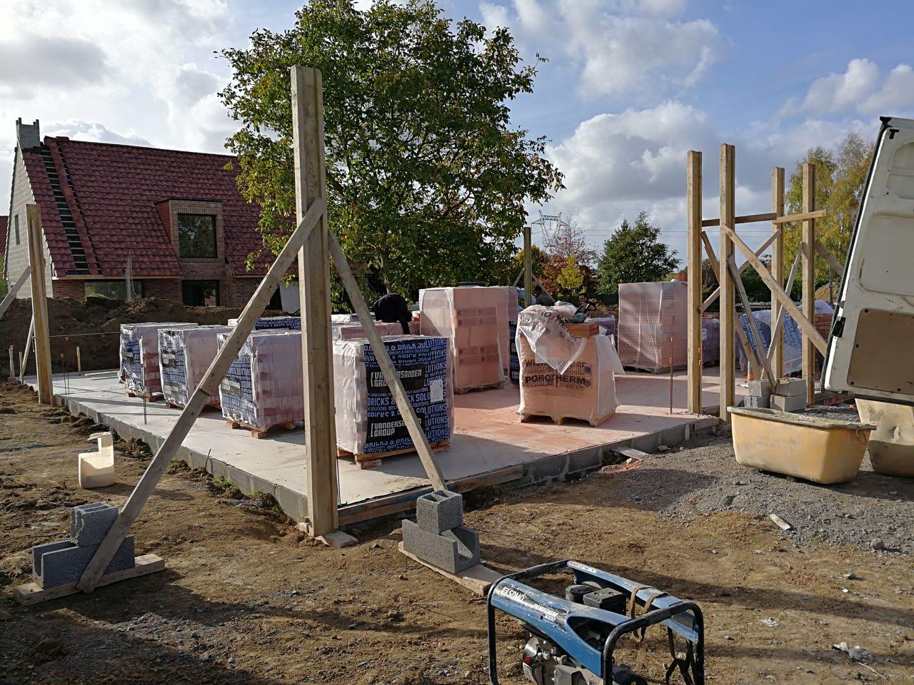 Livraison des briques caïennes pour le début de l'élévation des murs