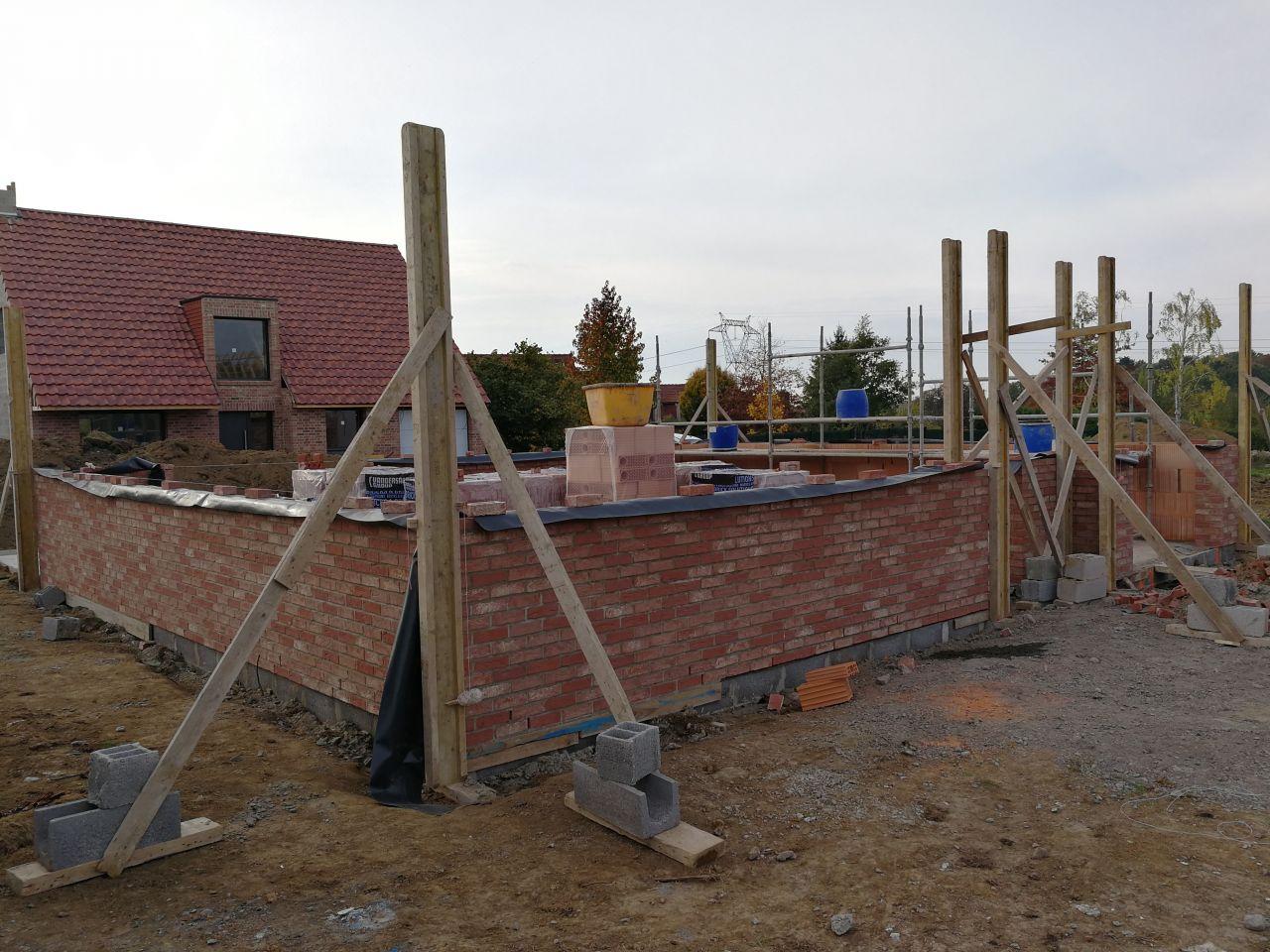 Début de l'élévation des murs - avant de la maison et pignon gauche