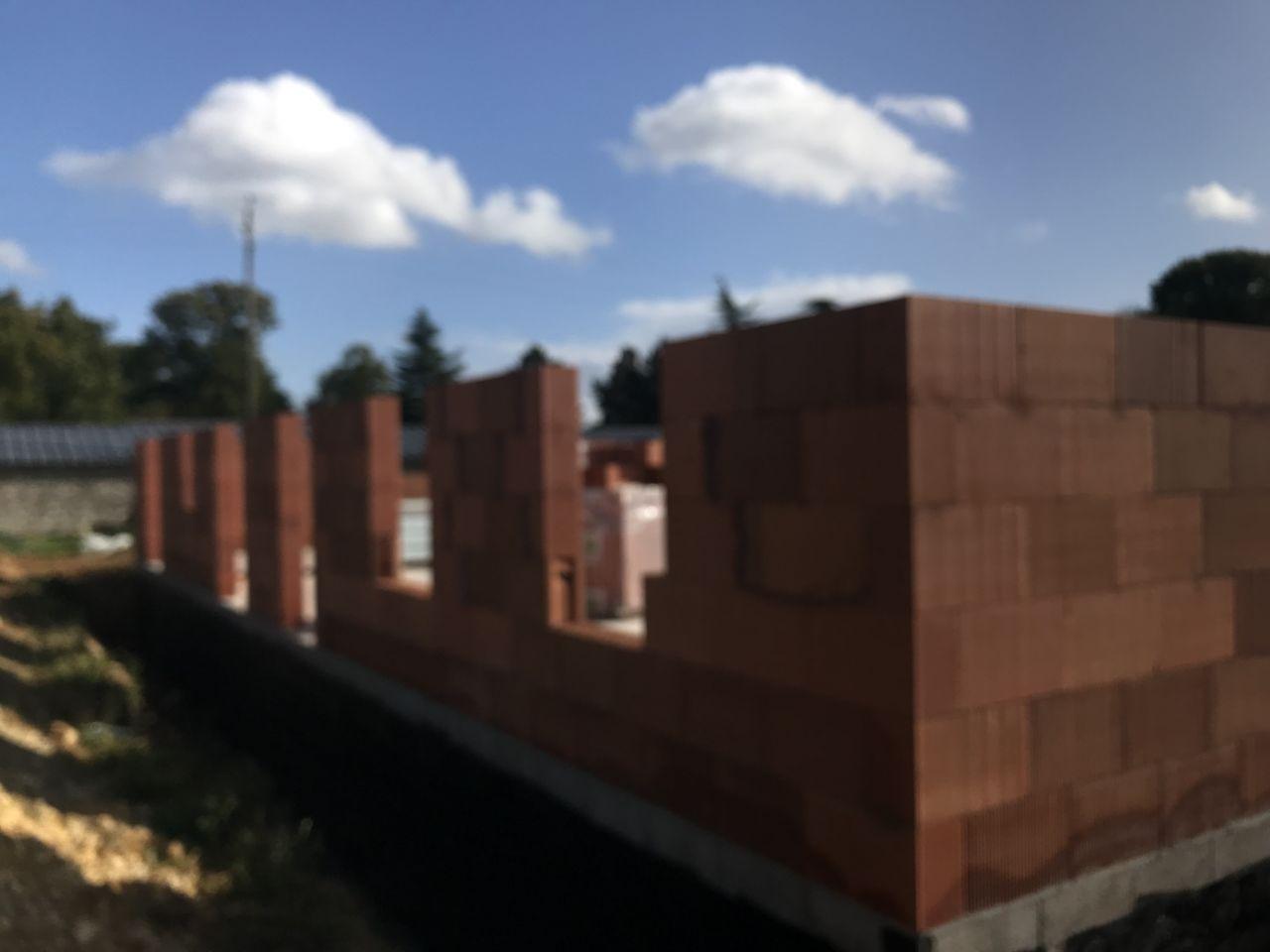 Les murs du rez-de-chaussée sont pratiquement finis en une journée...