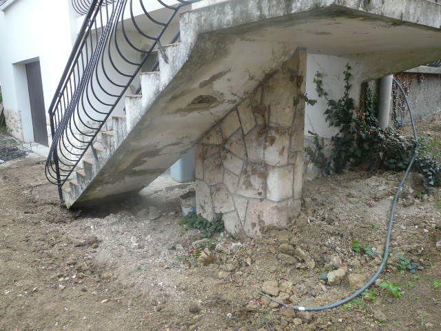 Des matériaux de construction dessous l'escalier