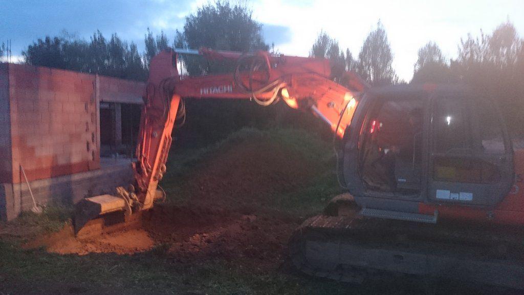 Début du creusement pour la cuve de récupération d'eau de pluie.