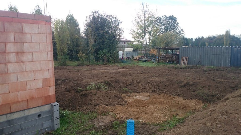 Premier étalement des terres après la pose de la cuve de récupération d'eau de pluie.