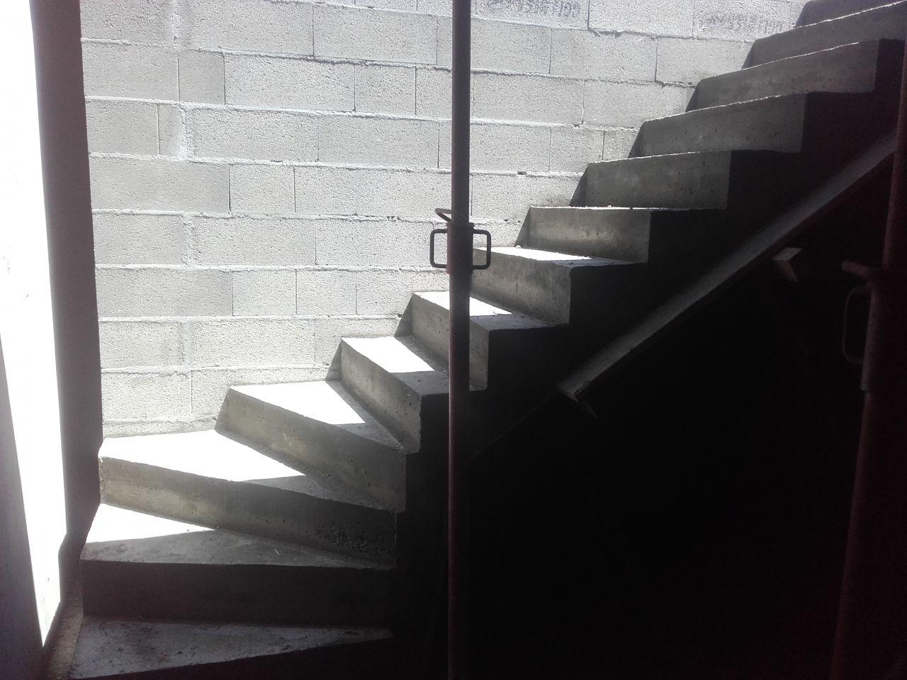 Escalier du sous-sol au premier étage