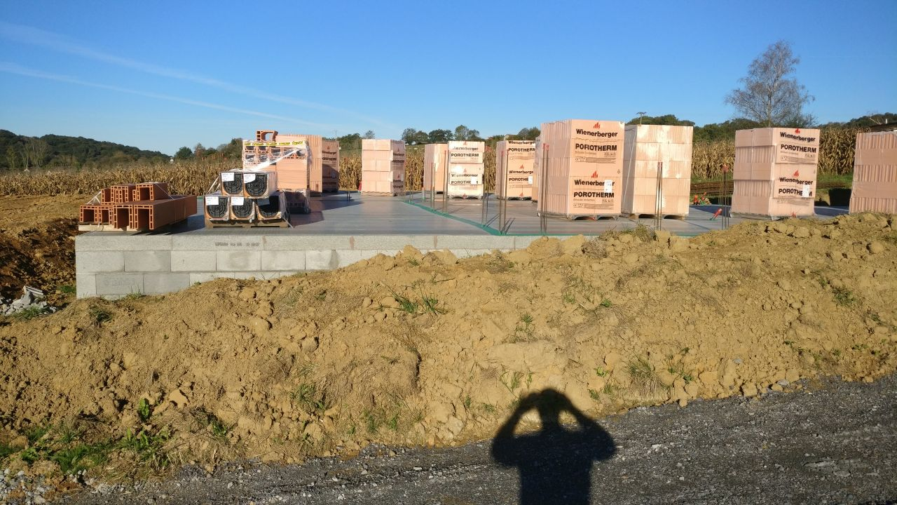 livraison des briques, poteaux raidisseurs et coffres de volets roulants sur chantier