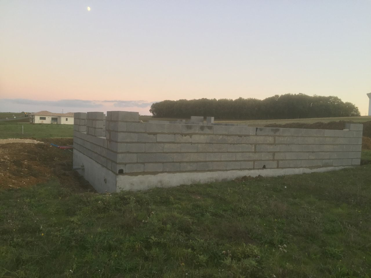 Le 1er jour de l'élévation des murs