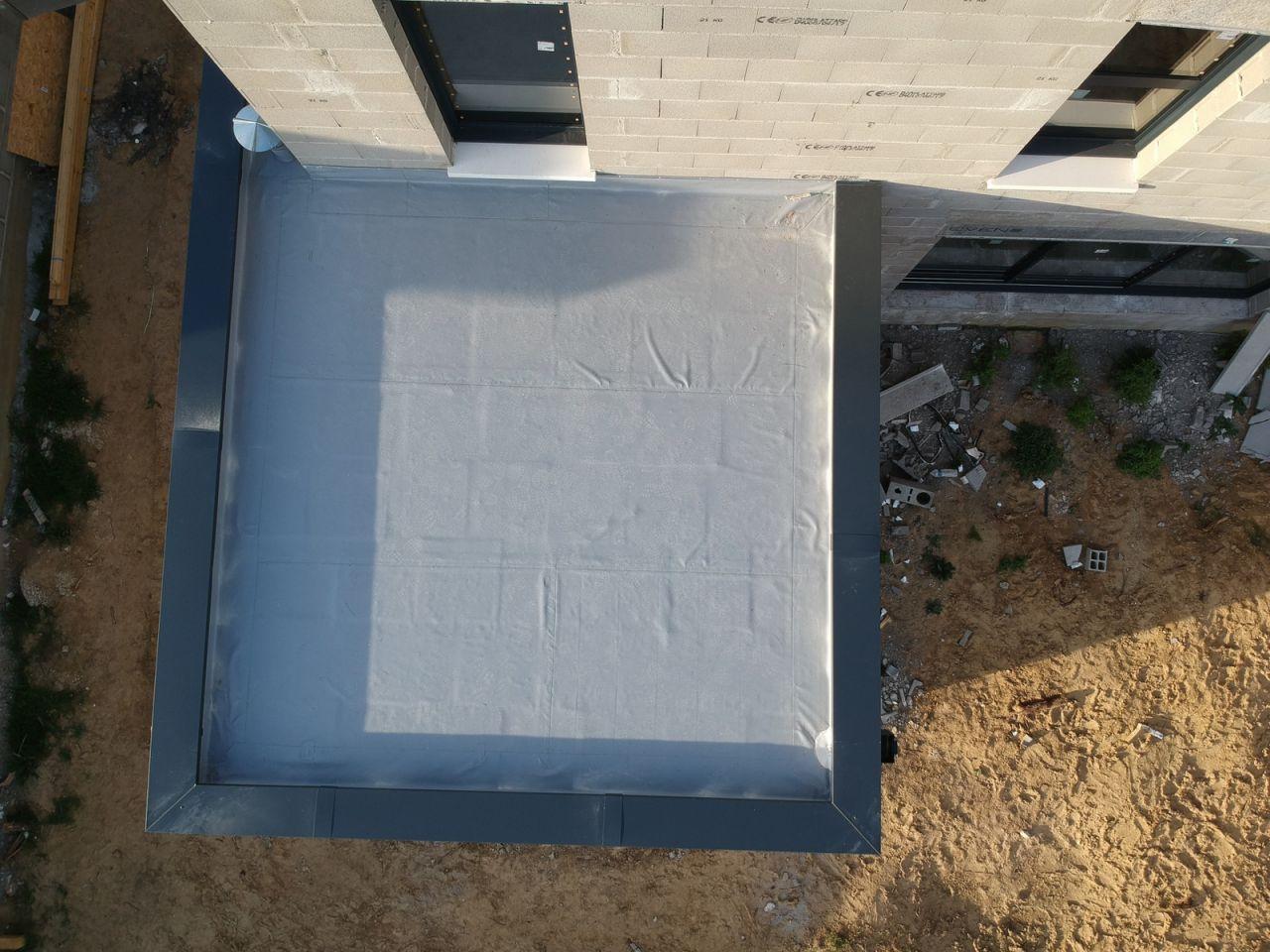 Étanchéité de la partie en toit terrasse faite <br /> Couvertines alu posées