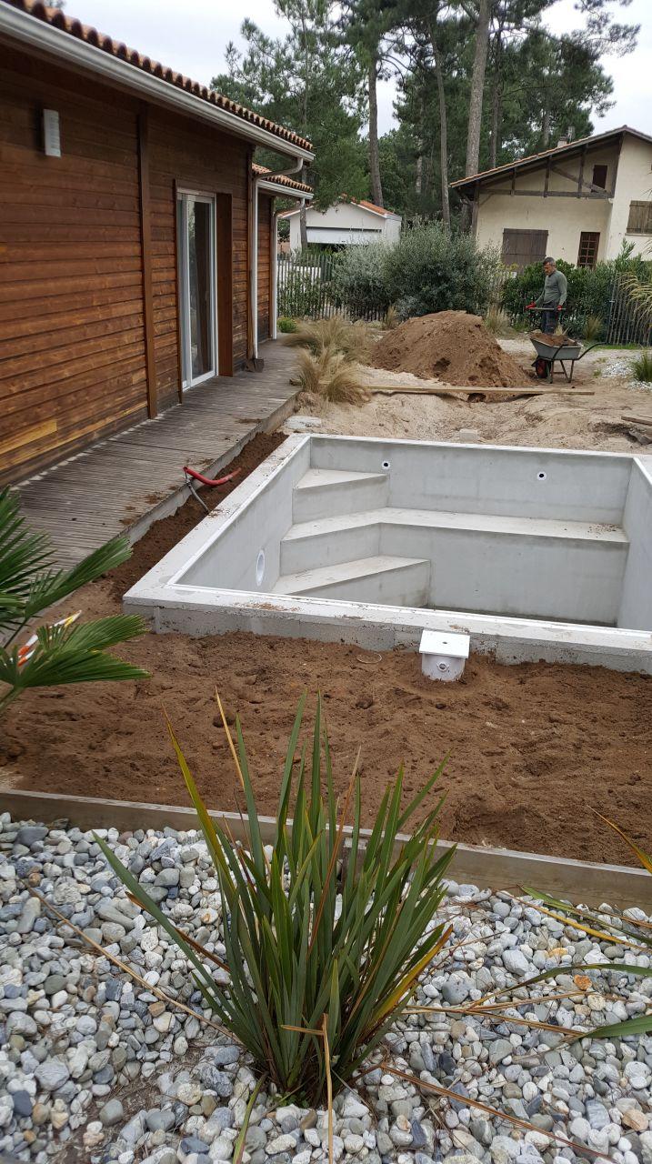 A la brouette pour combler le vide autour de la piscine !