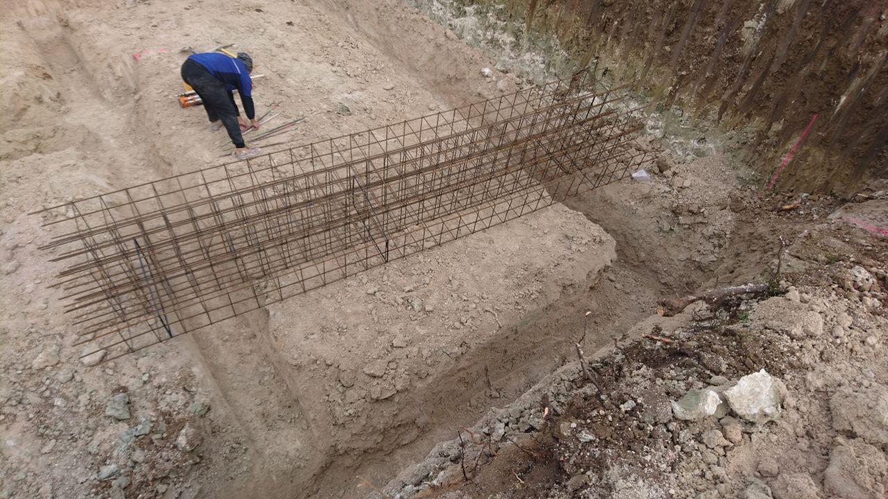 fondations terminées, aciers descendus dans le trou
