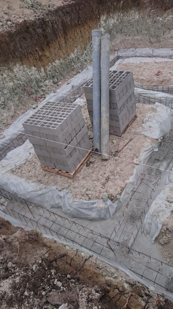 remplissage des fouilles avec le béton
