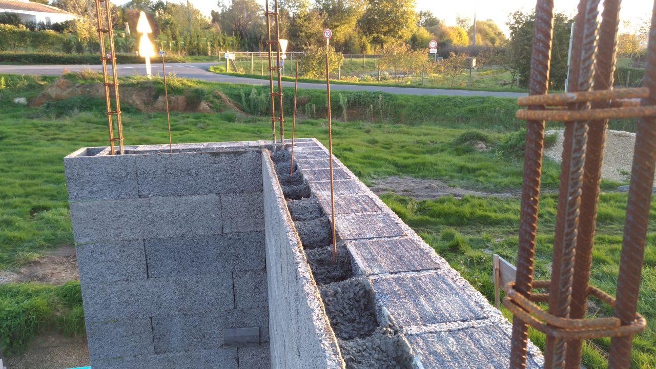 Coulage d'une mur à une hauteur de ~1m40 pour reprise de bétonnage  <br /> avec mise en place de cheveux pour augmenter l'accroche de la reprise de bétonnage.