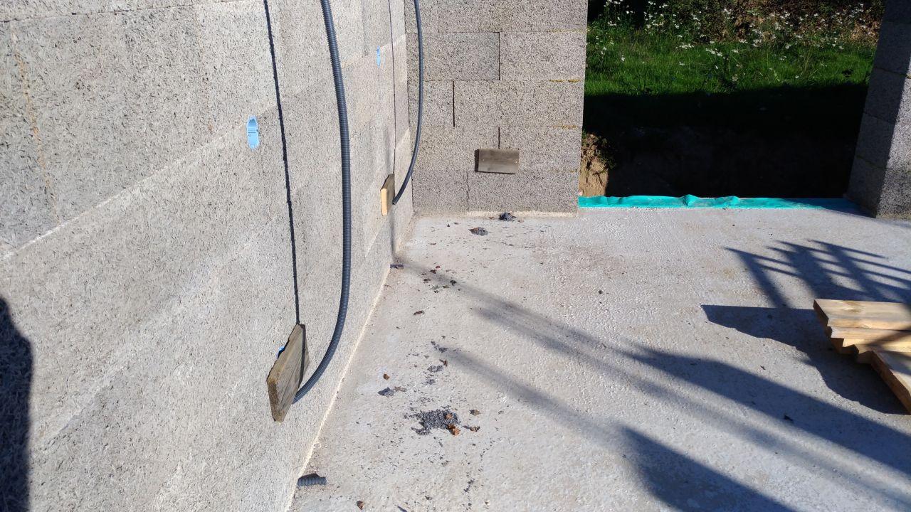 Protection des prises basses contre la poussé du béton avec la mise en place d'une planche de coffrage vissé dans le thermibloc