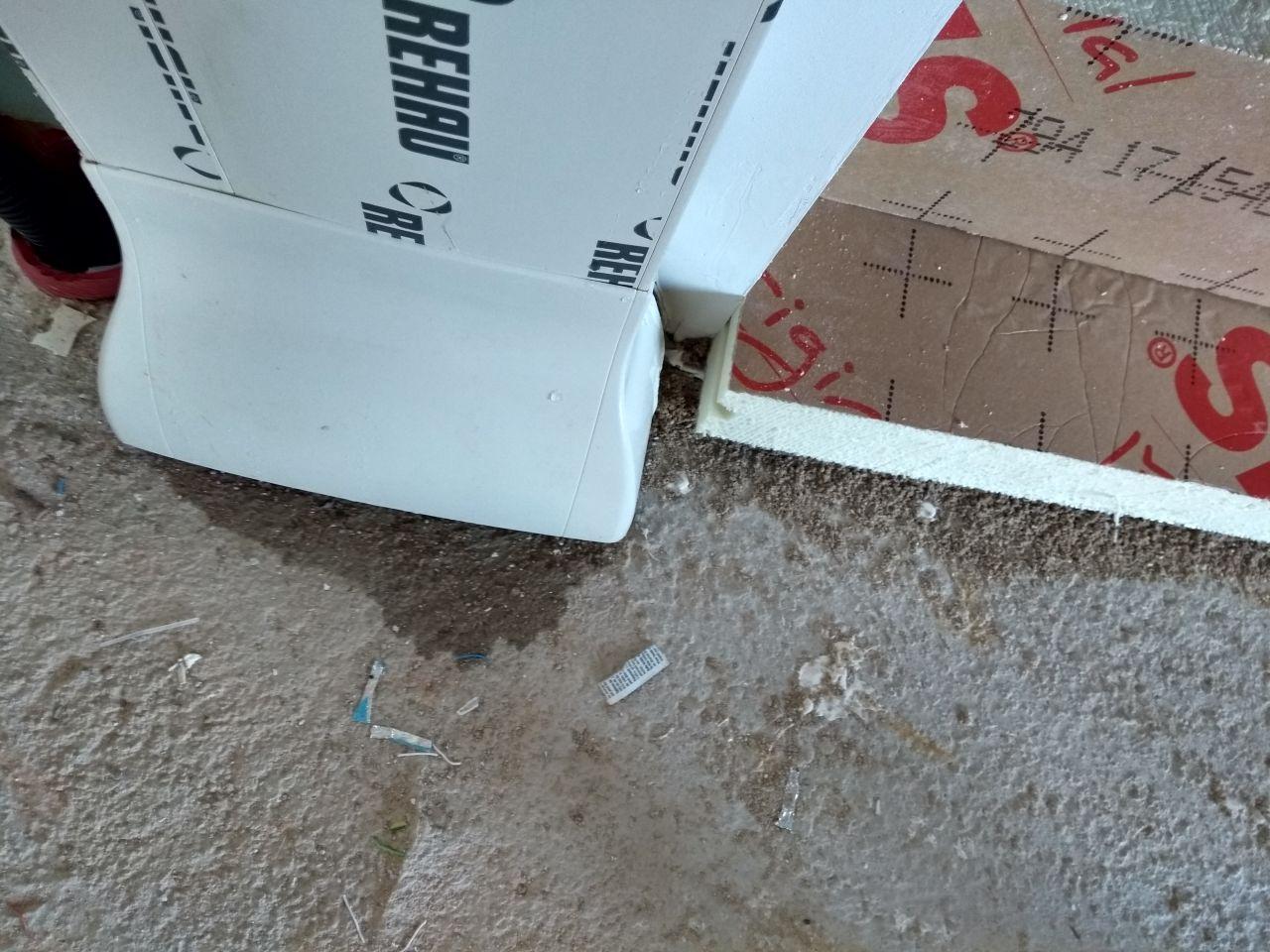 Avec la flotte de ce WE : humidité qui arrive du plafond placo qui ruisselle en gouttes le long du compteur électrique jusqu'à la dalle ... Signalé aujourd'hui au cdt