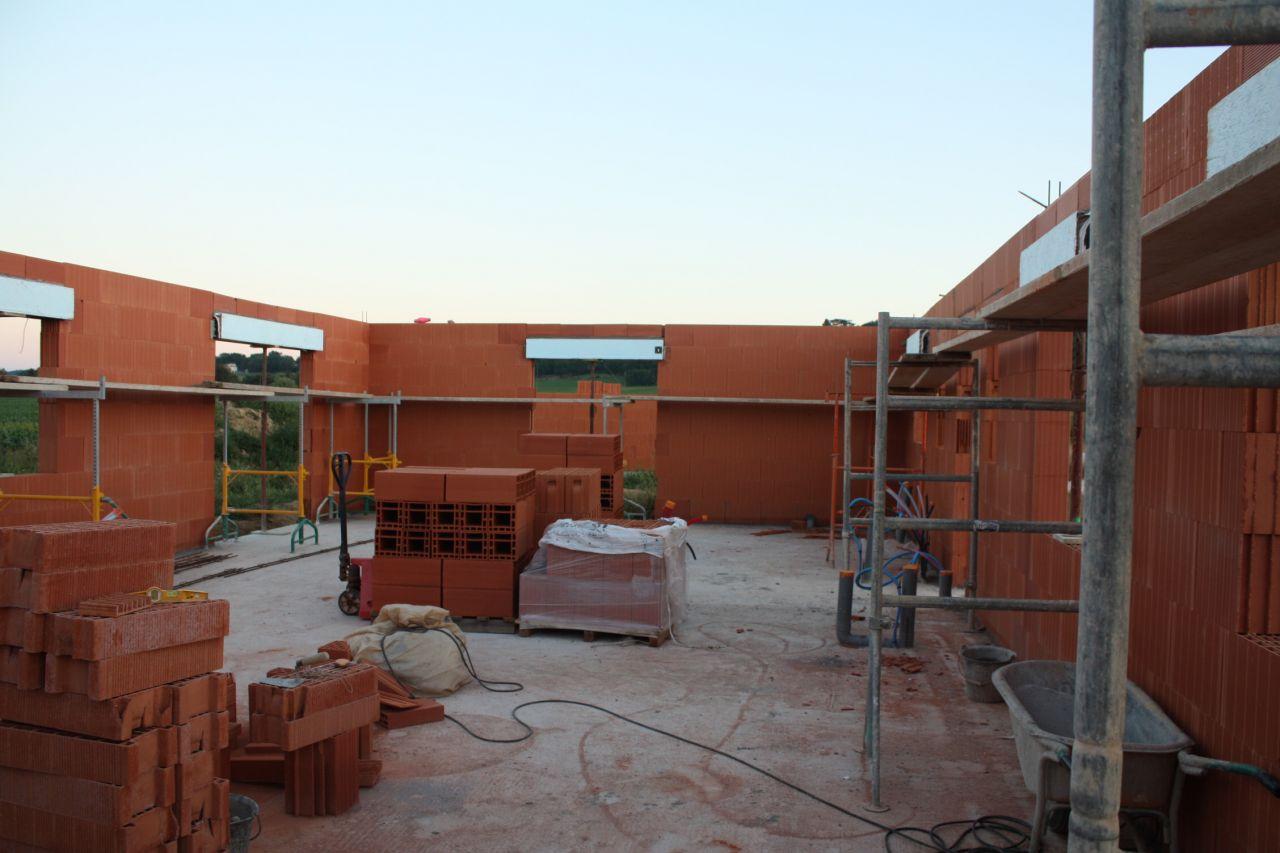 Elevation des murs en briques collées. Photo chantier