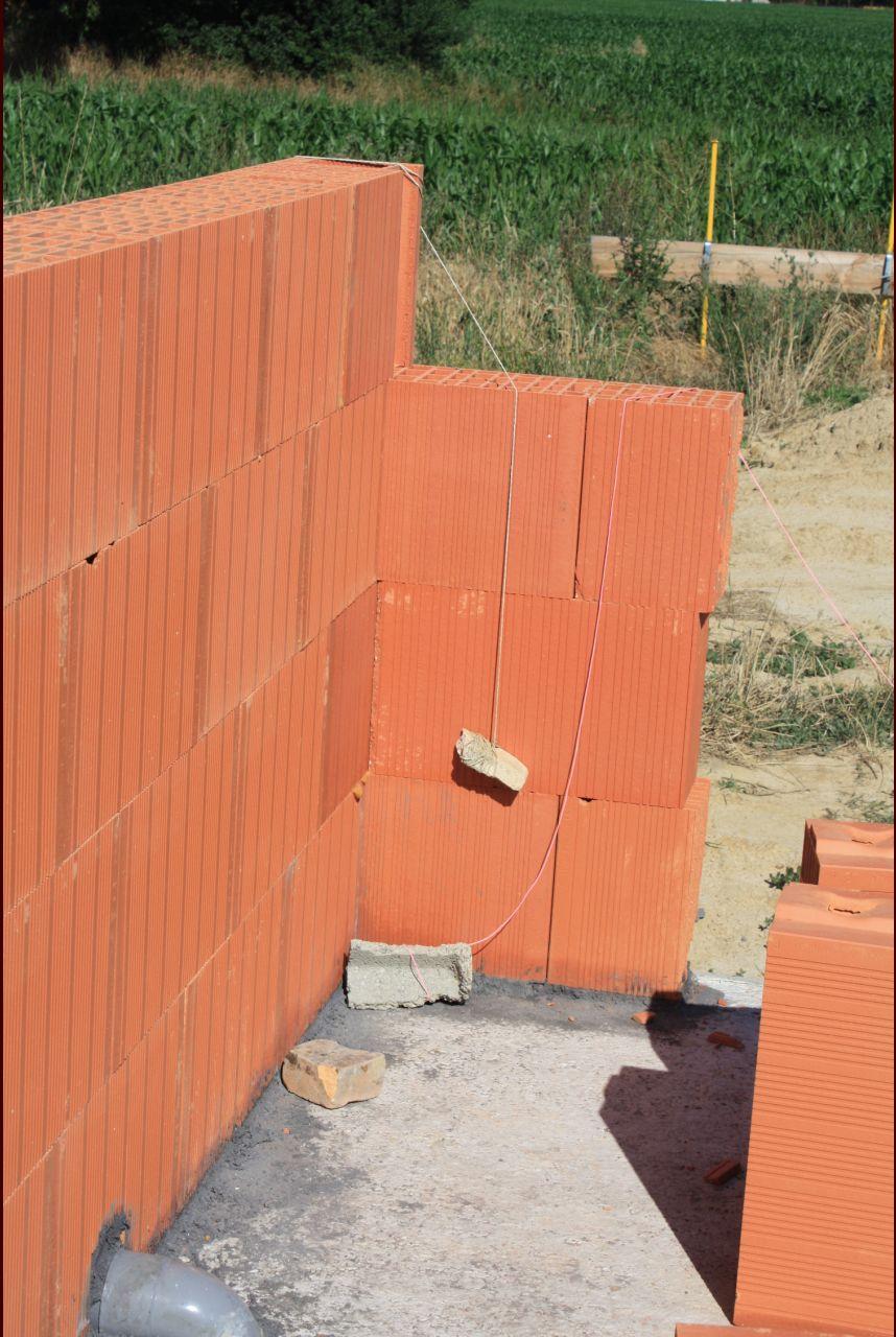 Elevation des murs en briques collées