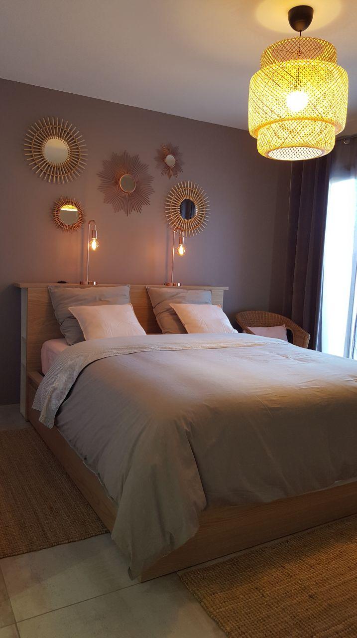 Ikea :Lit Malm 160 avec 4 tiroirs. Nous avons ajouté des rangements Horda et un plan de travail au niveau de la tête de lit