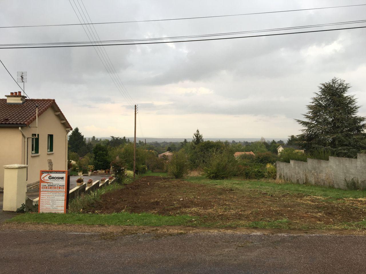 Début du terrassement : les haies du côté gauche sont également arrachées car la maison sera en limite de propriété