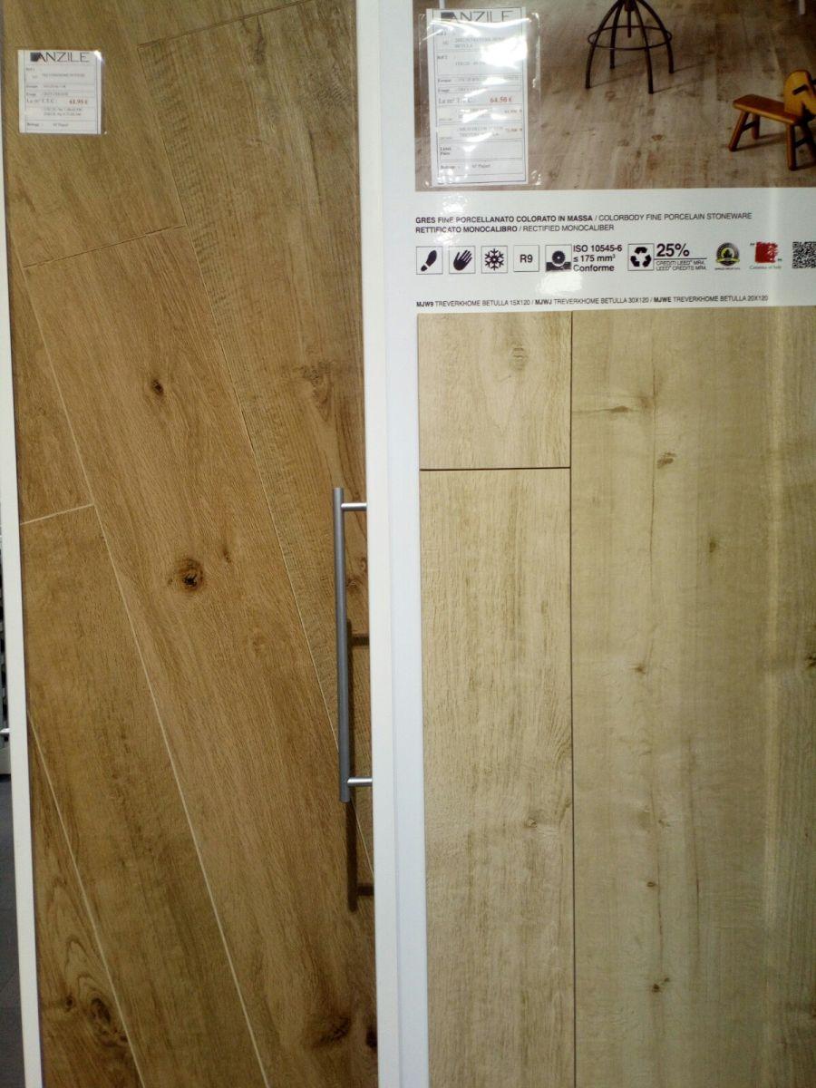 Carrelages imitation parquet des chambres (à gauche) et de la pièce de vie (à droite)