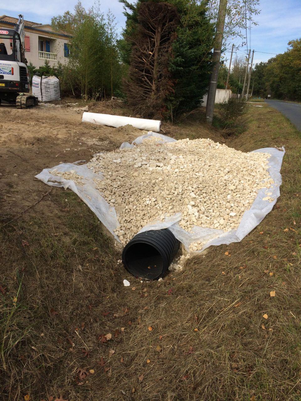 Préparation de l'accès chantier : pose d'une buse pour passer le fossé. <br /> 691? : buse + sable + calcaire <br /> et 292e la mini-pelle