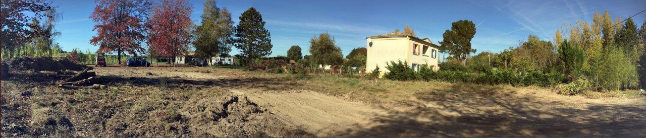 une petite vue panoramique du terrain après préparation de l'accès chantier.