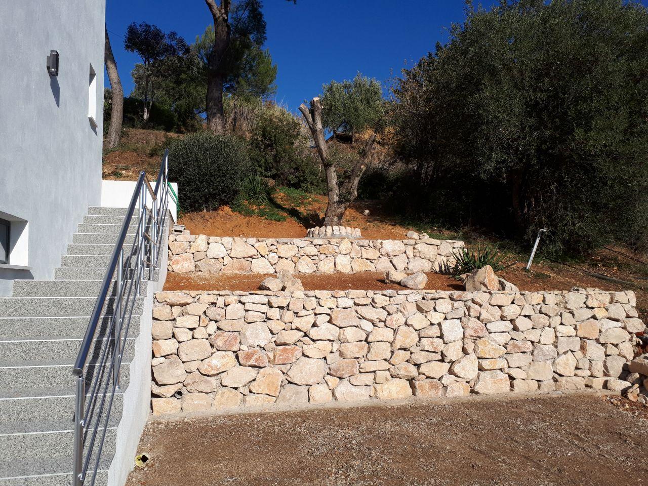 Petits enrochements côté entrée accès garage terminés - semaine prochaine plantations (à Cagnes sur Mer 17° cet après midi)  Les extérieurs avances doucement ....