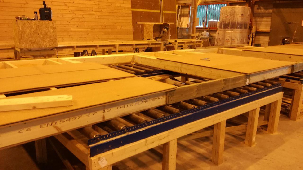 Visite des ateliers IC Bois - Mur des chambres façade Sud en cours de fabrication
