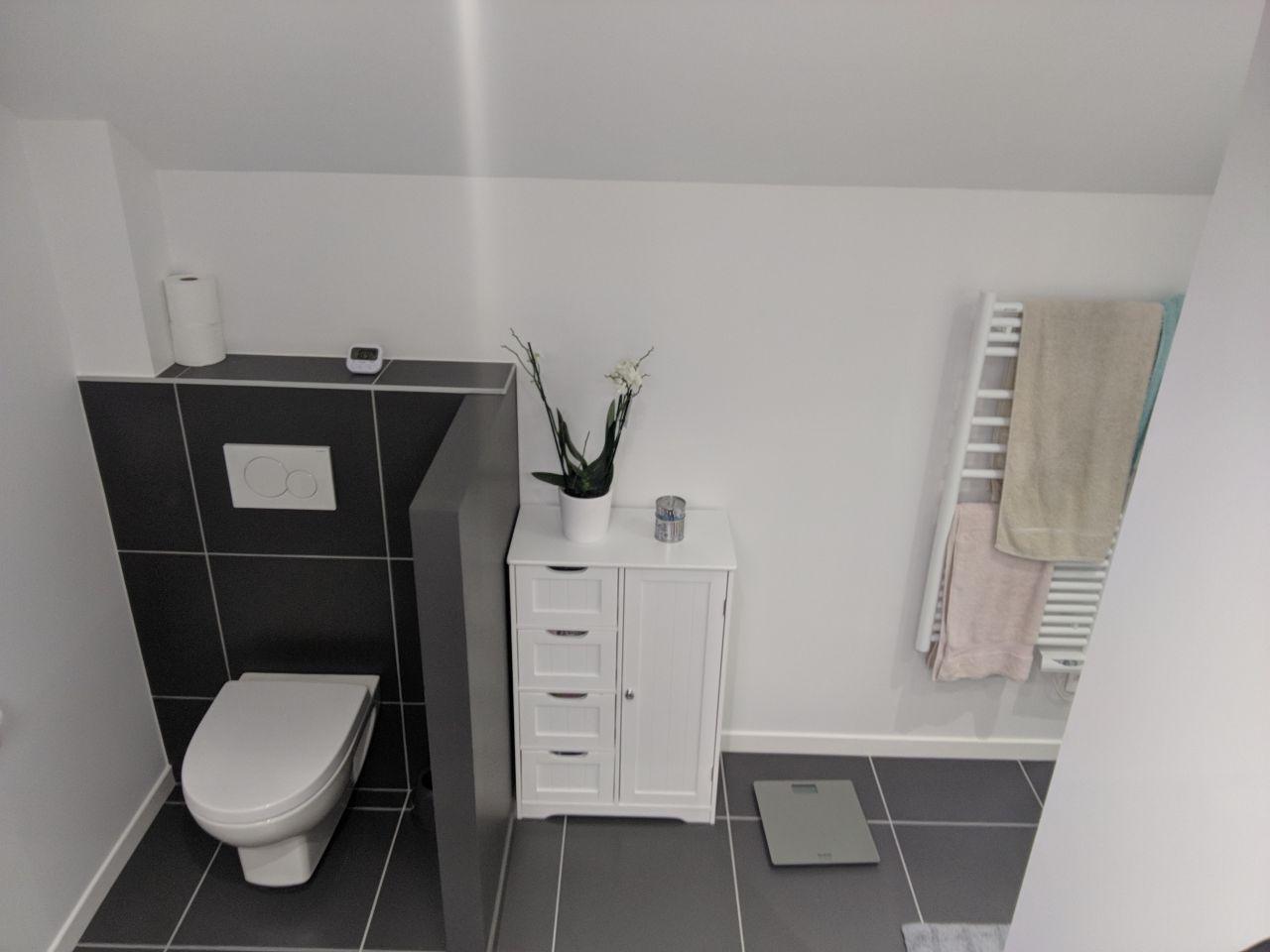 Salle de douche, espace parental