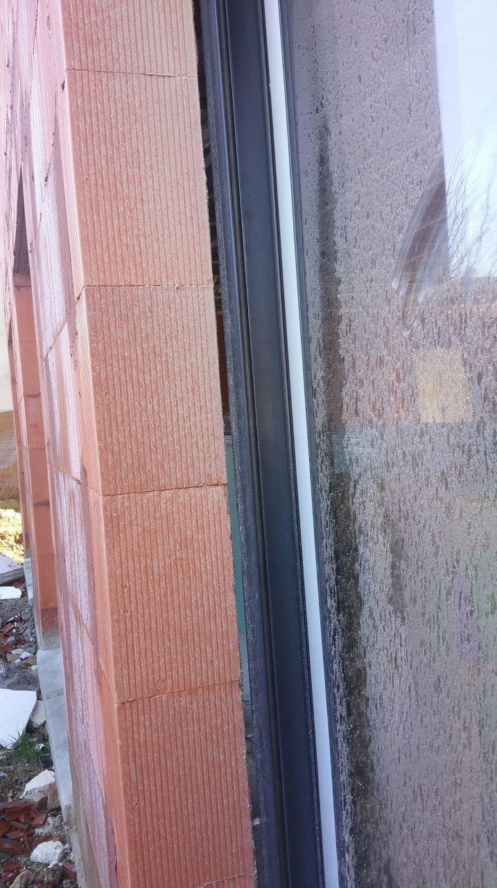 pb fenêtre gros jours entre la fenêtre et la maçonnerie