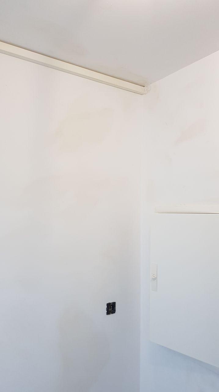 Une goulotte sous le faux-plafond et le mur qui venait d'être peint en blanc !