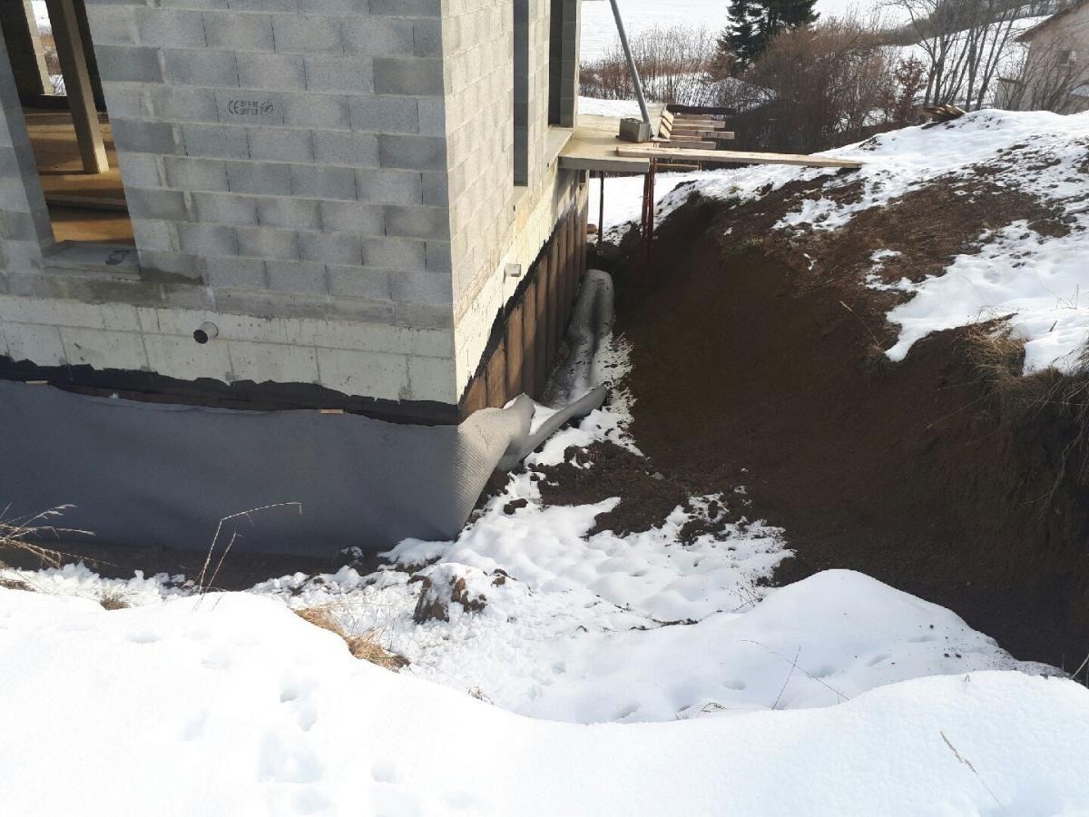 Suite aux grosses pluies et neiges et à l'inaction générale sur le chantier, le terrain s'est affaissé contre la maison et a emporté la protection Delta-MS. Dommage, il va falloir tout déblayer, SANS ABIMER l'étanchéité, pour faire le drain.