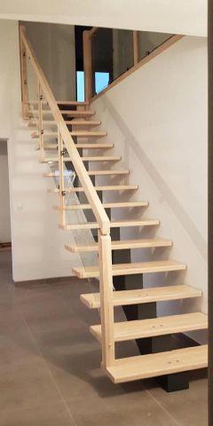 Fabrication Styl'Escalier - Modèle Hévéa à limon central - Teinté venis Noir